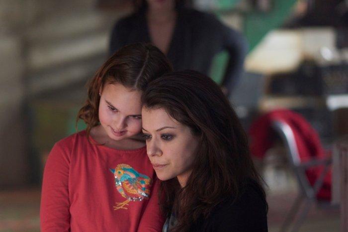 Kira (SKYLER WEXLER) and Sarah (TATIANA MASLANY)